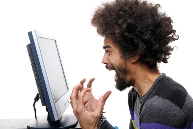 barbat tipand la monitor